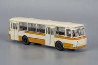 1:43 677М Бежево-жёлтый (с запасным колесом)