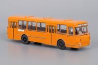 1:43 677М Оранжевый (с запасным колесом)